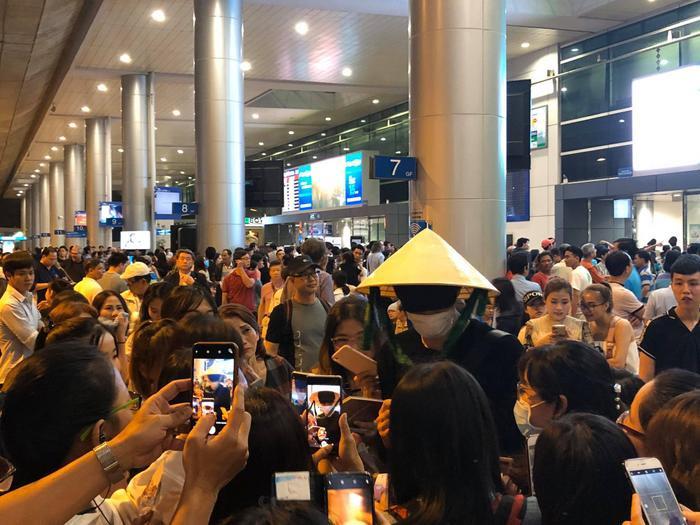 Fan vây kín nam ngôi sao tại sân bay.