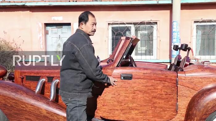 Chiếc Mercedes-Benz bằng gỗ của ông còn có thể hoạt động chẳng khác gì xe thường. Trên xe có cửa sổ tự động và một hệ thống radio, ghế ngồi bằng gỗ có thể điều chỉnh hướng ngồi, cần gạt kính điện tử và mọi tính năng cơ bản khác.