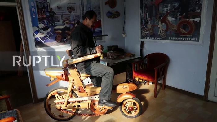 Ngoài ô tô, ông Tôn còn chế tạo những chiếc xe máy gỗ.