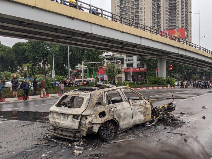 Vụ tai nạn khiến các phương tiện cháy rụi.