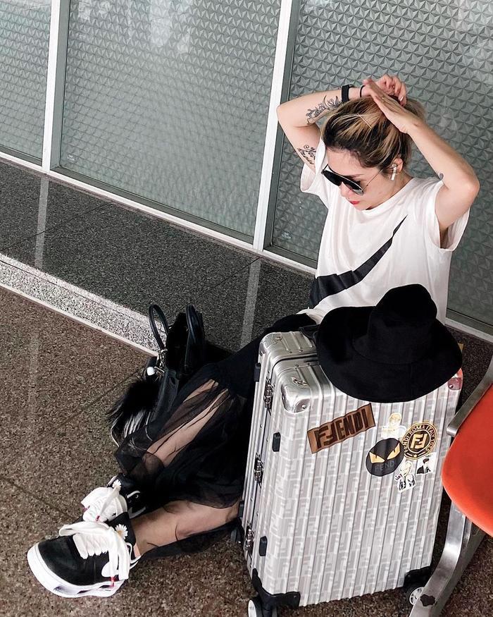 Fashionista Lâm Thúy Nhàn mix đôi giày này cùng chiếc áo đúng với thương hiệu, khẳng định phong cách thời trang của bản thân.