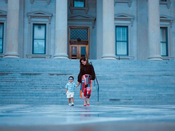 Bà xã Đan Trường tập cho con trai đi catwalk từ sớm trước khi cậu bé về Việt Nam
