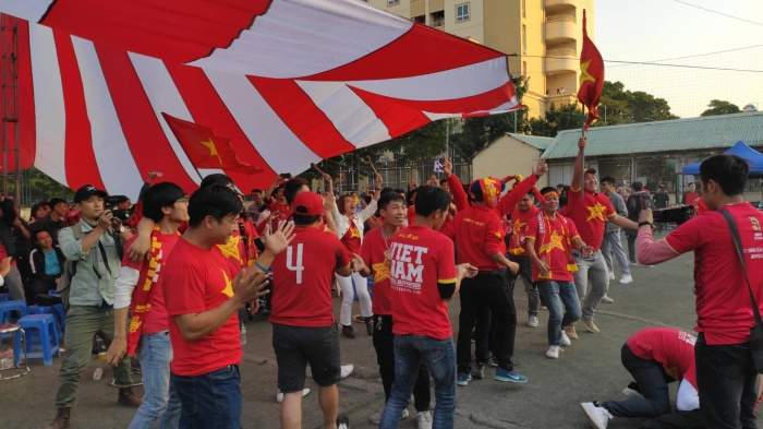 Khi cầu thủ Tiến Linh sút tung lưới đội tuyển Thái Lan gỡ hoà 2-2 nhiều người hâm mộ vỡ oà trong hạnh phúc.