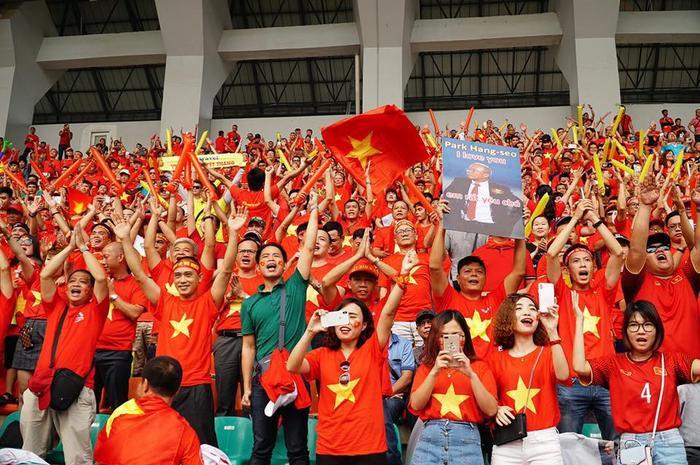 """Với sự thể hiện vô cùng ấn tượng của ĐT U22 Việt Nam trong loạt trận vòng bảng môn bóng đá Nam tại SEA Games 30, hàng ngàn cổ động viên đang """"ráo riết"""" tìm tour bay thẳng tới Manila (Philippines) để cổ vũ cho thầy trò HLV Park Hang Seo. Theo đại diện của Viettravel, ngay từ khi đội tuyển Việt Nam dành thắng lợi trước Indonesia, hàng nghìn CĐV đã đặt vé tới Manila. Chắc chắn trận bán kết sắp tới tại Philipines sẽ tràn ngập màu cờ sắc áo của các CĐV Việt Nam và đó là nguồn động viên to lớn đối với các cầu thủ U22 Việt Nam."""