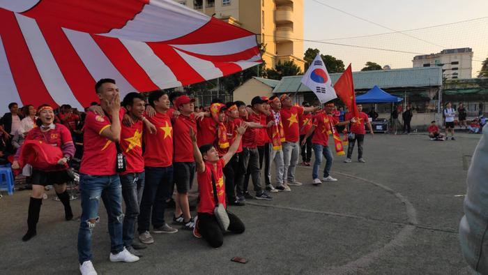 Đến phút thứ 70 cầu thủ Thái Lan đã cản cầu thủ Việt Nam trong vòng cấm địa. Trọng tài đã thổi phạt và đội tuyển Việt Nam được hưởng quả phạt đền. Lúc này nhiều người hâm mộ chờ đợi khoảnh khắc sút phạt.