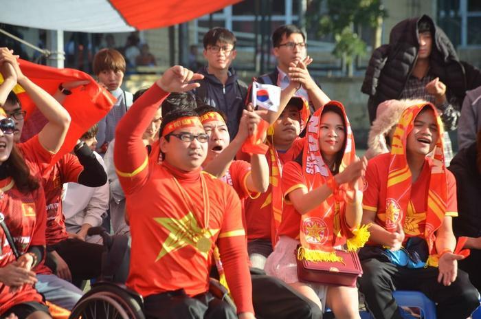 Anh Trần Phúc Đạt – VĐV đua xe lăn hiện đang thi đấu trong đội tuyển thể thao người khuyết tật Việt Nam từ Hưng Yên lên Hà Nội cổ vũ cho đội tuyển Việt Nam.