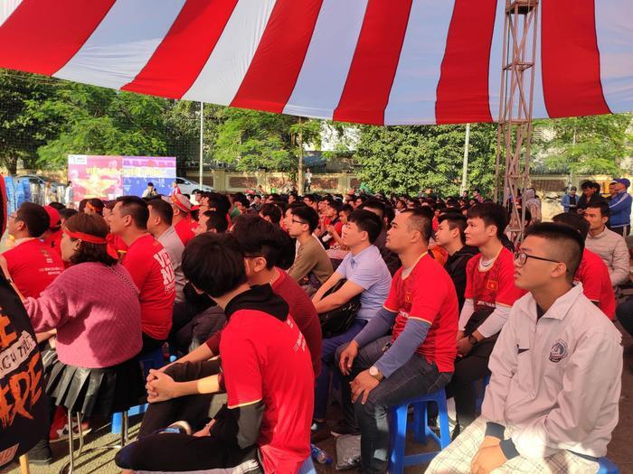 Chỉ trong vòng 20 phút đầu tiên của trận đấu, do sai lầm liên tiếp của hàng thủ đội tuyển Việt Nam tạo cơ hội cho Thái Lan ghi cách biệt 2 bàn. Hàng ngàn cổ động viên trên sân cũng như người hâm mộ theo dõi qua màn ảnh nhỏ không khỏi tiếc nuối.