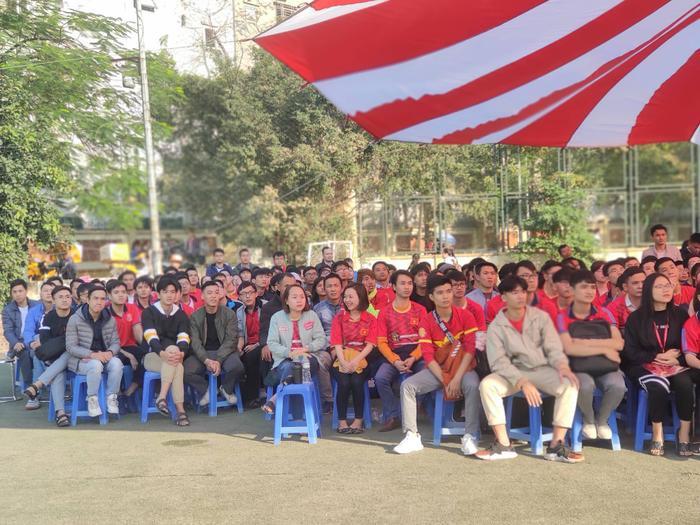 Thời tiết tại Hà Nội ngoài trời khá nắng nhưng tinh thần cổ vũ của của động viên luôn dâng cao.