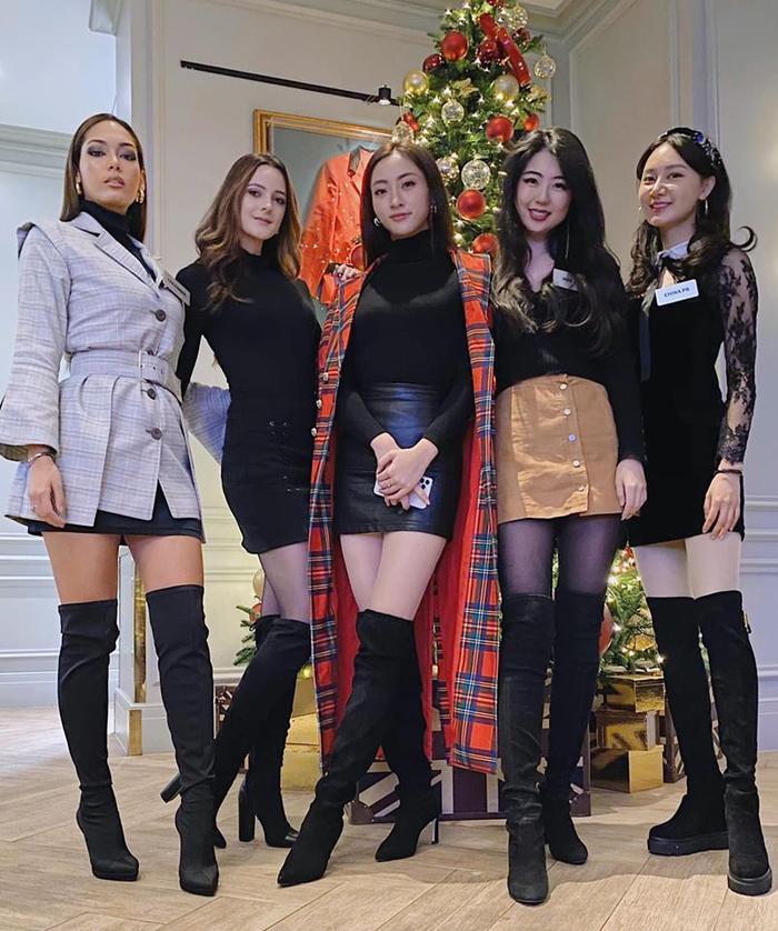 Không biết sự kiện có yêu cầu các cô gái mặc dresscode hay không mà đồng bộ thê này?