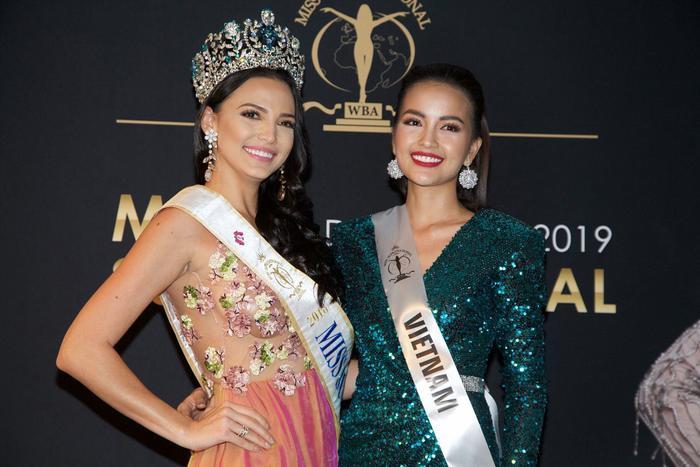 Vẻ đẹp thanh lịch, lôi cuốn của Ngọc Châu khi đọ sắc cùngValeria Vázquez – Miss Supranational 2019.