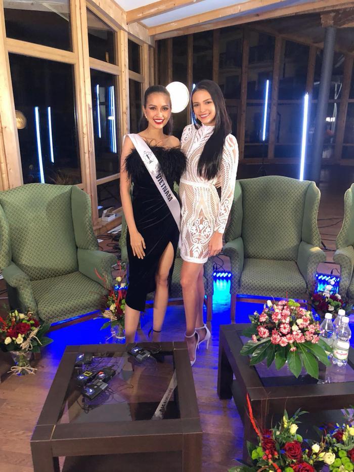 Ngọc Châu đọ dáng cùng đương kim Hoa hậu Siêu quốc gia –Valeria Vázquez.