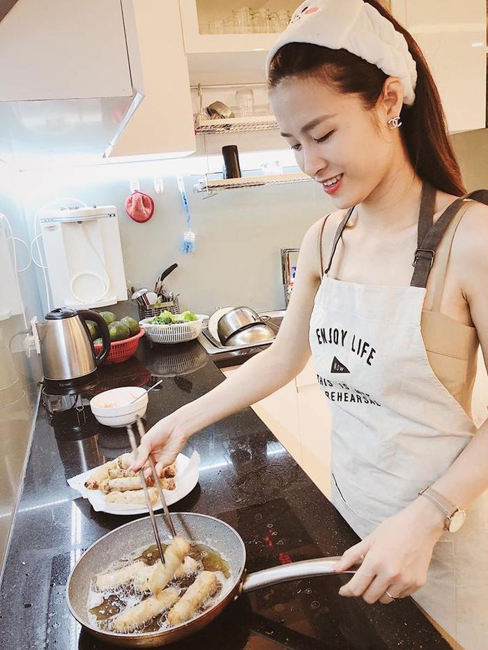 Đông Nhi tự tay vào bếp trổ tài nấu ăn cho Ông Cao Thắng