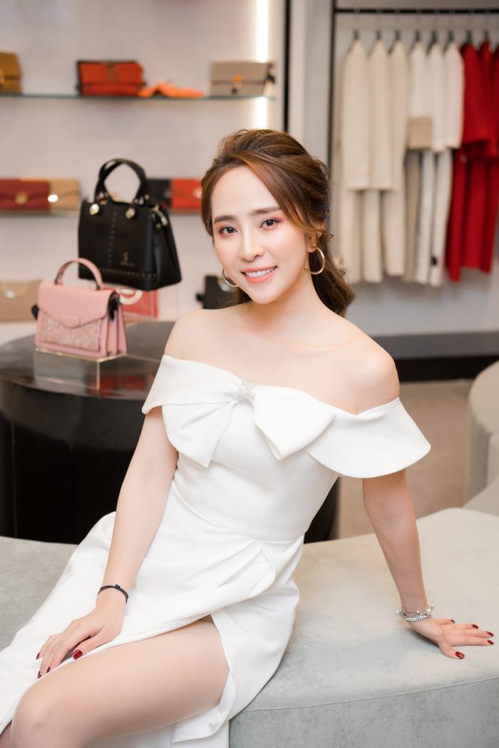 Trong bộ váy trắng điệu đà trễ vai, nữ diễn viên thu hút mọi ánh nhìn với vẻ xinh đẹp dịu dàng sau nâng ngực