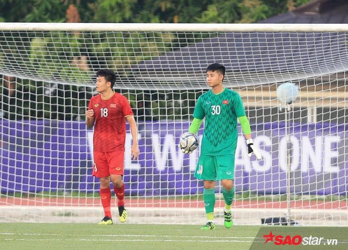 Nguyễn Văn Toản mắc sai lầm nghiêm trọng trong trận đấu gặp U22 Thái Lan.