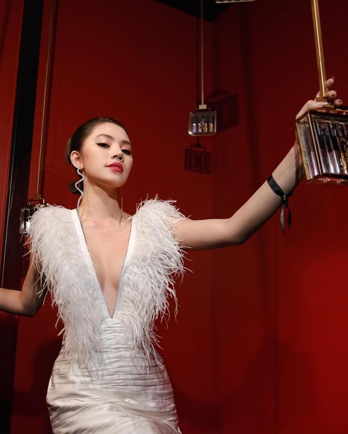 Cách trang điểm, phục sức của Jolie Nguyễn toát lên nét sang trọng, gợi cảm vô cùng, ai nhìn cũng phải mê mẩn.