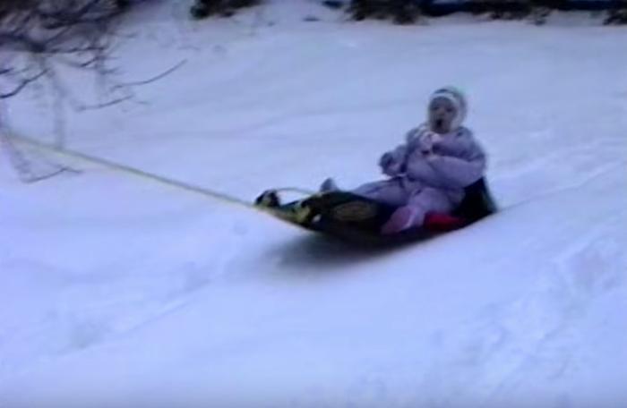 Nghịch ngợm chơi trượt tuyết với bố.