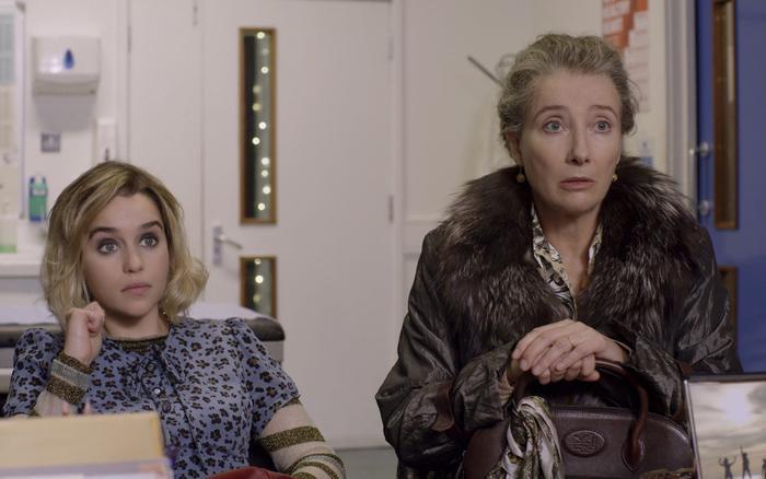 Emma Thompson vào vai người mẹ mắc chứng trầm cảm, và bố mẹ Kate đều là dân nhập cư từ Nam Tư.