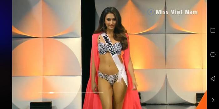 Hoa hậu Hoàn vũ Pháp trượt ngã ở phần thi Bikini: Fan xót xa trách Sân khấu Bán kết quá tệ! ảnh 6