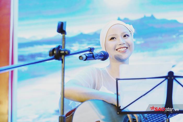 Đặng Trần Thủy Tiên trình diễn ca khúc Để gió cuốn đi nhẹ nhàng, sâu lắng. Trên sân khấu, Thủy Tiên luôn nở nụ cười rạng rỡ, gây thiện cảm với toàn bộ khán giả.