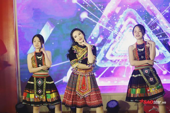 Nguyễn Thị Phương Linh hóa thân thành người con gái dân tộc Mông trong màn vũ đạo cuốn hút.