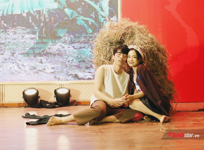 """Thí sinh Đỗ Hồng Khanh trình diễn """"vũ khúc vườn chuối"""" để kể câu chuyện tình yêu giản dị giữa Chí Phèo – Thị Nở."""