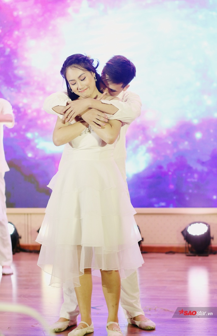 Phùng Trang Linh khoe tài năng múa đương đại đầy uyển chuyển về các cặp đôi yêu xa.
