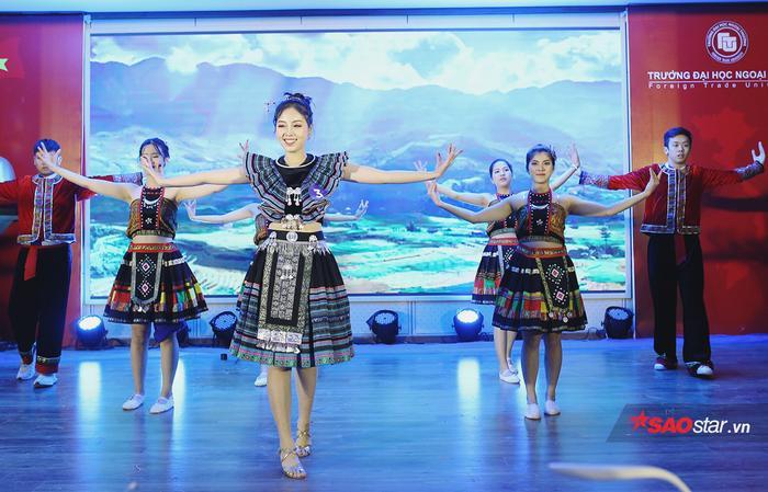 Nữ sinh xinh đẹp Bùi Nguyễn Nhật Vy trình diễn điệu múa dân gian Mân côi – Gió đánh đò đưa.