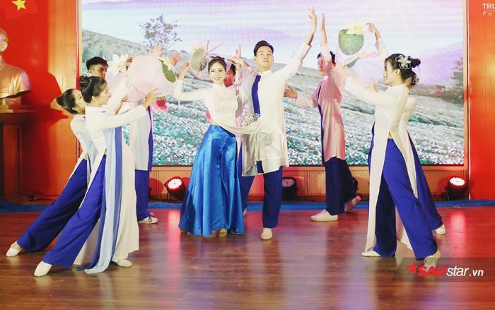 """Nhật Vy có màn """"lột xác"""" ngoạn mục ngay trên sân khấu khi thay đổi từ trang phục dân tộc thành áo dài yêu kiều, đằm thắm."""