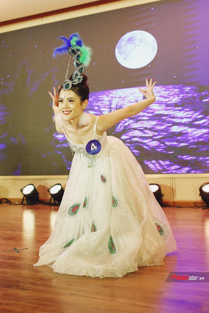 Hóa thân thành chú chim công xinh đẹp, Lê Yến Chi khoe trọn vẹn nét xinh đẹp sắc sảo và kỹ thuật điêu luyện trong Vũ điệu chim công.