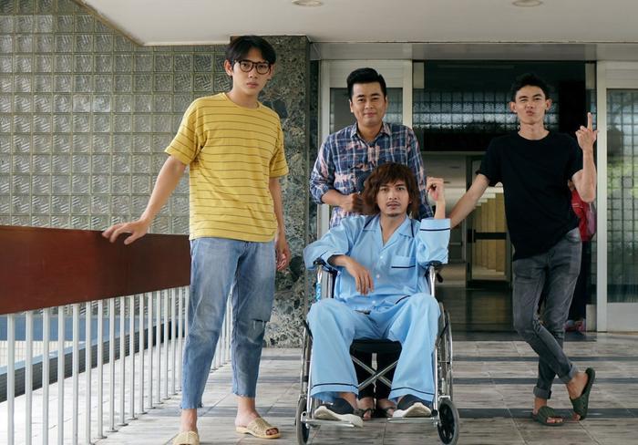 Hồ Quang Hiếu và các diễn viên trong tập 4 Hiếu bến tàu.