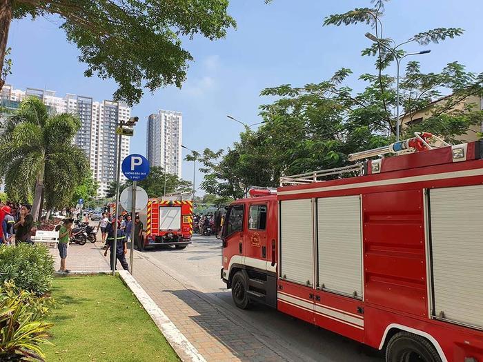 Cảnh sát PCCC có mặt để khống chế đám cháy. Ảnh: báo VietNamNet