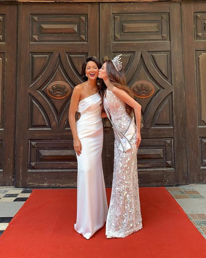 Diện mạo lộng lẫy của Khánh Vân bên cựu Hoa hậu Hoàn vũ H'Hen Niê.