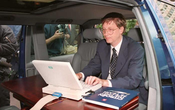 Năm 1995, Bill Gates đang trình diễn hệ điều hành Windows 95 trong chiếc xe hơi của mình trước giờ một cuộc họp báo tại Paris, Pháp. (Ảnh: Getty)