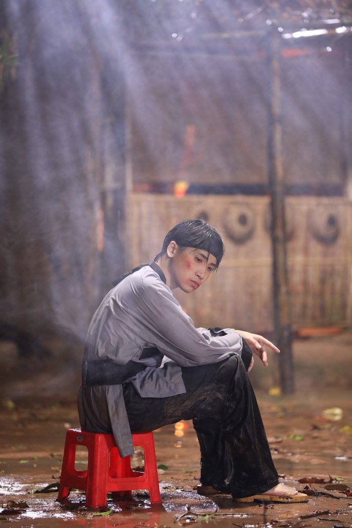 Trong MV lần này, Huy Cung bị đánh đến bầm dập.