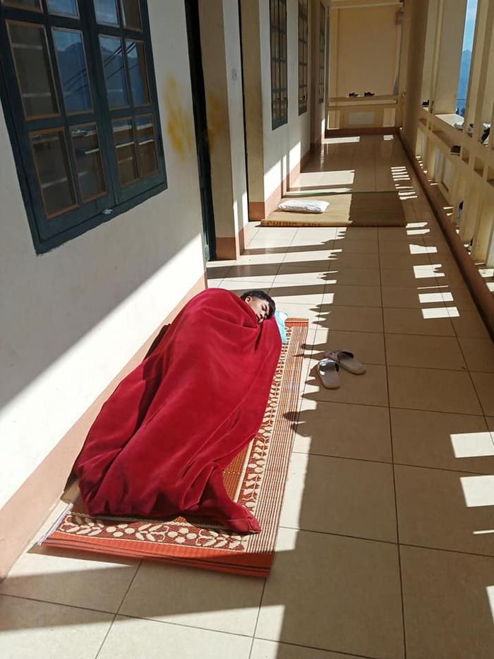 Một chút hơi nắng sẽ làm cơ thể ấm hơn, thế nên cách tốt nhất là nằm sưởi ấm nhé!