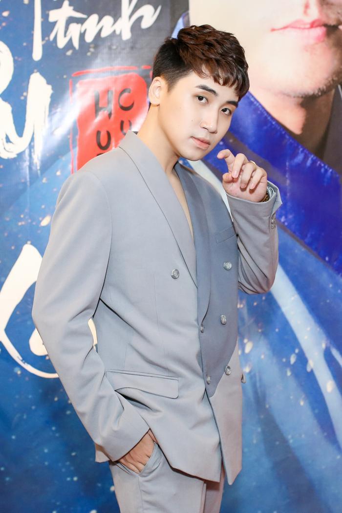 Hình ảnh Huy Cung trong buổi họp báo ra mắt Chuyện tình yêu xa.