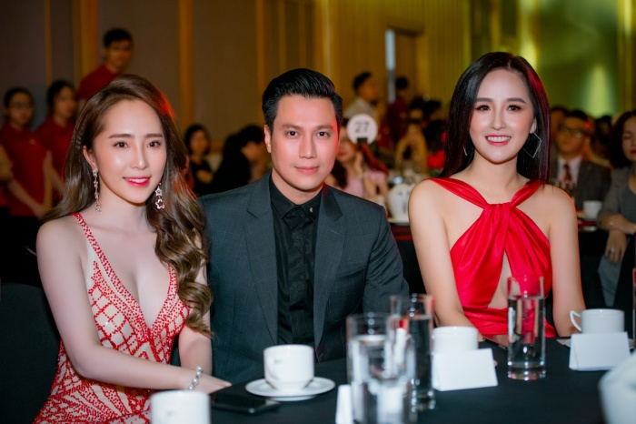 Việt Anh lúc này cũng đầy điển trai trong bộ vest đen, anh ngồi giữa người tình tin đồn Quỳnh Nga và Hoa hậu Mai Phương Thúy