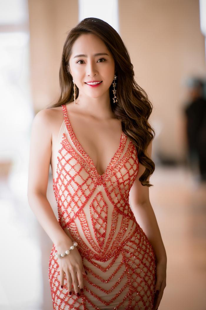 Tham gia một sự kiện khác, 'Cá sấu chúa' Quỳnh Nga chọn mặc một bộ váy khác nhưng cũng triệt để khoe vòng 1 và thân hình nóng bỏng của mình