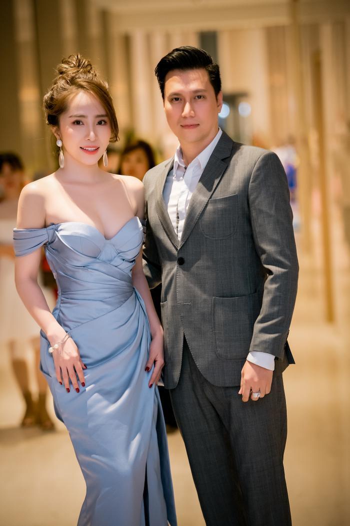 Trong khi nam diễn viên Việt Anh hết sức lịch lãm trong bộ suit màu xám tro thì Quỳnh Nga diện hai thiết kế vô cùng gợi cảm, khoe vòng 1 trễ nải và táo bạo