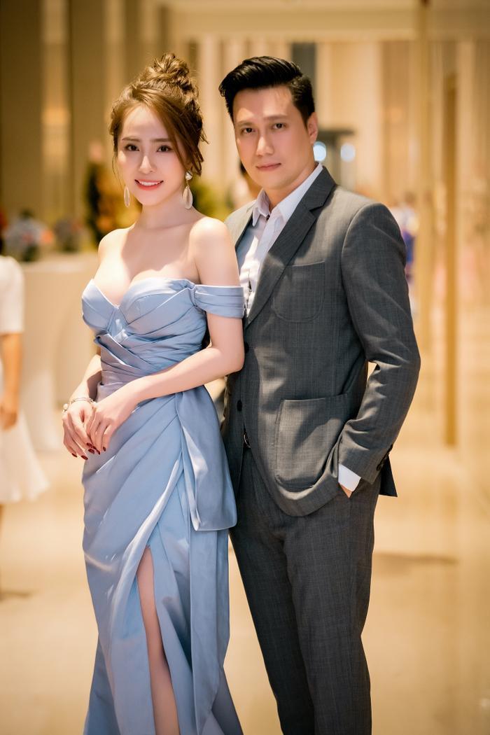 Được biết khoảng từ giữa năm 2019, Việt Anh và Quỳnh Nga đã bắt đầu vướng nghi vấn hẹn hò khi thường xuyên xuất hiện cùng nhau vàcó mối quan hệ đặc biệt thân thiết ở ngoài đời.