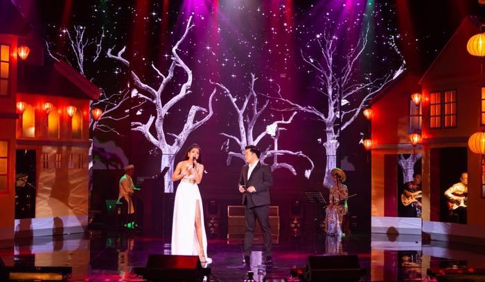 Phương Trinh Jolie dành nhiều sự cảm mến cho đàn anh Quang Lê trên sân khấu.
