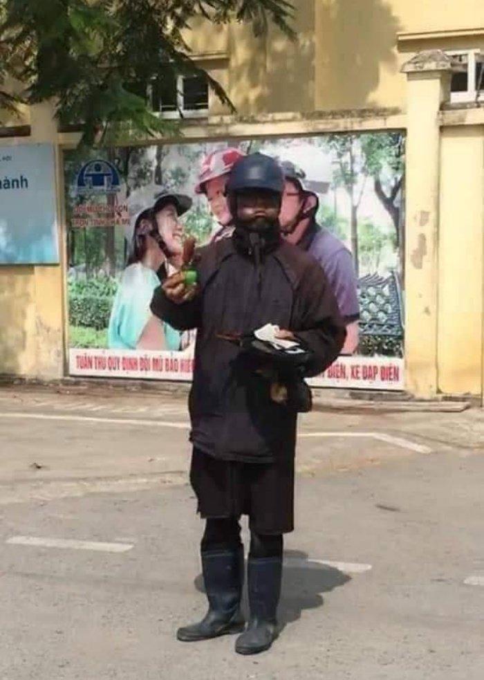 """Hình ảnh """"ăn mày mặt đen"""" xuất hiện tại Hà Nội."""