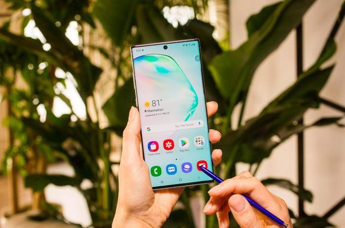 Smartphone có camera trước toàn diện nhất – Samsung Galaxy Note10+ 5G: Dxomark đánh giá Samsung Galaxy Note10+ 5G với điểm camera selfie lên tới 99. Máy thể hiện tốt trong hầu hết các điều kiện chụp hình với chi tiết ảnh tốt, độ nhiễu được kiểm soát toàn diện. Bên cạnh đó, chế độ flash của Note10+ 5G cũng được đánh giá cao khi cho ra những tấm hình tự nhiên trong điều kiện bóng tối hoặc ánh sáng môi trường yếu. Đó là chưa kể đến chế độ bokeh nhân tạo tạo ra những tấm hình selfie với hiệu ứng làm mờ hậu cảnh khá tự nhiên. Note10+ 5G được trang bị camera trước 10 MP, f/2.2, 26mm (góc rộng), 1/3″, 1.22µm, Dual Pixel PDAF. (Ảnh: CNET)