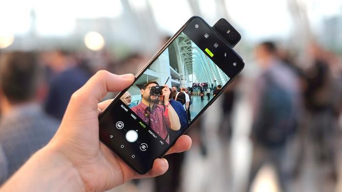 Smartphone có camera trước tốt nhất để chụp chân dung cận cảnh – Asus ZenFone 6: Với camera cấu trúc xoay, ZenFone 6 tận dụng được camera trước tốt như camera sau kèm thông số 48 MP, f/1.8, 26mm (góc rộng), 1/2″, 0.8µm, PDAF, Laser AF và 13 MP, f/2.4, 11mm (góc siêu rộng). Nhiều smartphone hiện tại có camera trước dùng ống kính lấy nét cố định với điểm lấy nét được tối ưu cho khoảng cách một cánh tay người (50 hoặc 60 cm). Song, khoảng cách này lại không tối ưu cho những tấm hình chân dụng cận cảnh và đó là lý do mà ZenFone 6 lại nổi bật ở hạng mục này. (Ảnh: TechRadar)