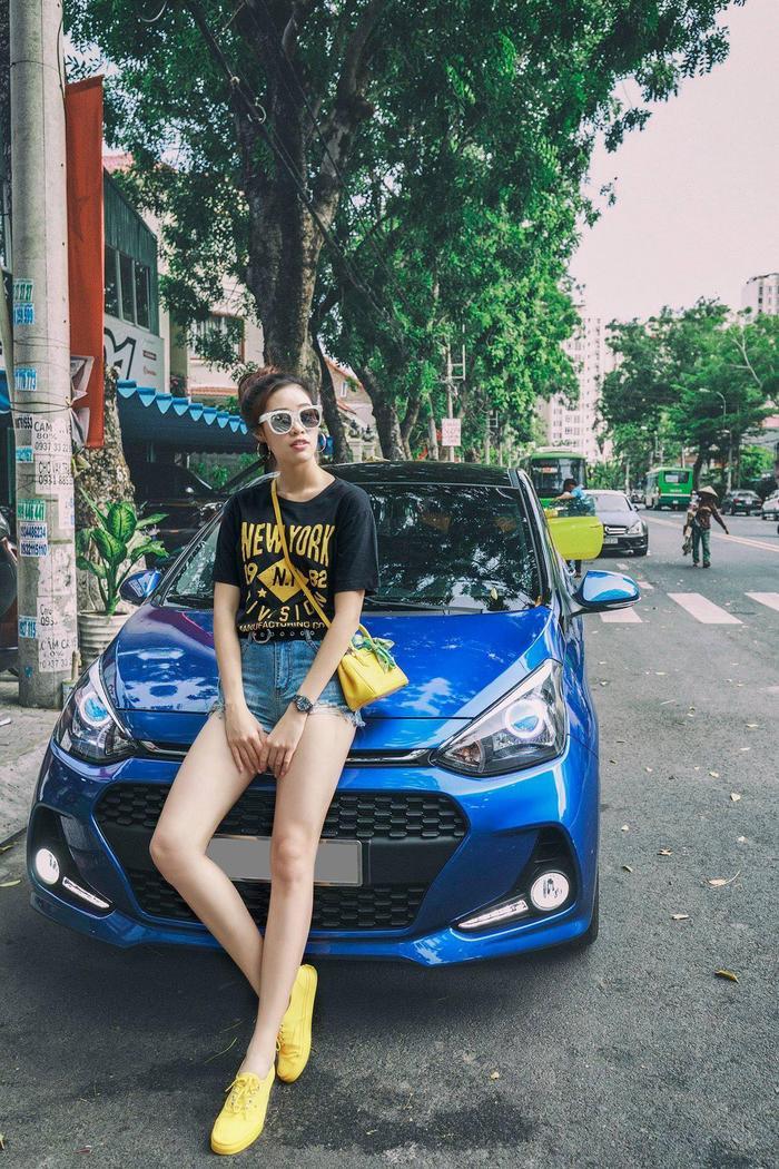 Hyundai Grand i10 màu xanh là 1 trong 2 chiếc xe của tân Hoa hậu Hoàn Vũ 2019 Nguyễn Trần Khánh Vân.Grand i10 màu xanhnổi bậtvới lưới tản nhiệt hình tổ ong đa giác và cụm đèn sương mù tích hợp hộc hút gió nằm trên cao, giúp cho phần đầu xe của i10 trở nên trẻ trung và khỏe khắn hơn.(Ảnh: Tổng hợp Facebook)