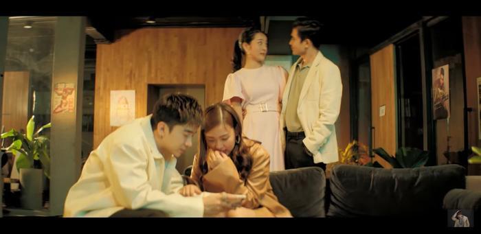 Chi Dân vào vai một chàng trai đem lòng yêu cô đồng nghiệp.