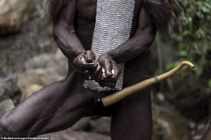 Chính phủ Indonesia đã cấm Koketa, nhưng đàn ông Dani vẫn tiếp tục mặc nó
