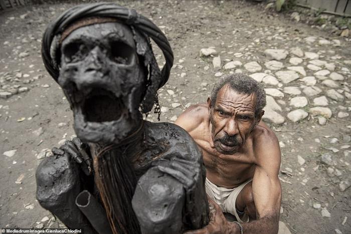 Một người đàn ông đang bảo quản xác ướp