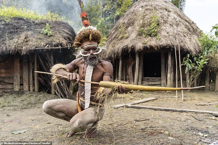 Một người đàn ông đang làm Koketa bằng quả bí ngô dài