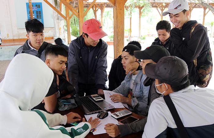 Sinh viên Đại học Nha Trang học nhóm tại trường, ngày 6/12. Ảnh: Xuân Ngọc.